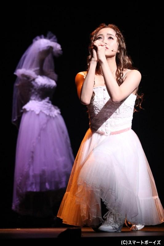 パリス伯爵との結婚を迫られ、恋がしたいと願うキャピュレット家のジュリエット(木下晴香さん)