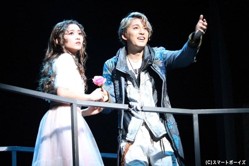 舞踏会で出会ったロミオとジェリエットは、互いに一目で恋に落ちる