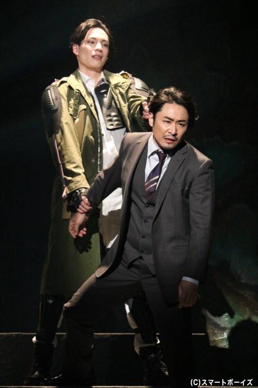ガラ(奥・輝馬さん)と竹内修三(手前・坂元健児さん)