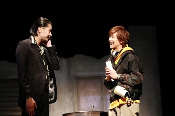 (右)正木郁さん演じる犬飼ヒカルはドッキリ番組のADを担当。大事なところでミスを犯してしまう