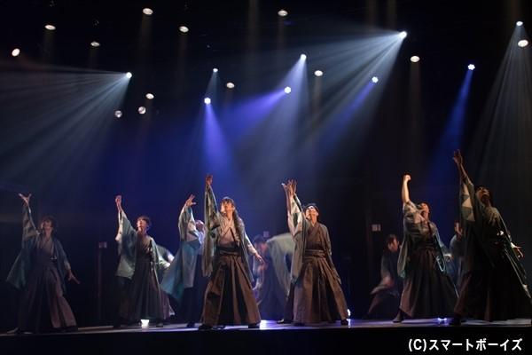 袴をはためかせながら舞うダンスは必見!