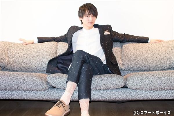 ドカッとソファに腰かけ「こんな感じ?」とノリノリで撮影に挑んでくれた佐藤さん