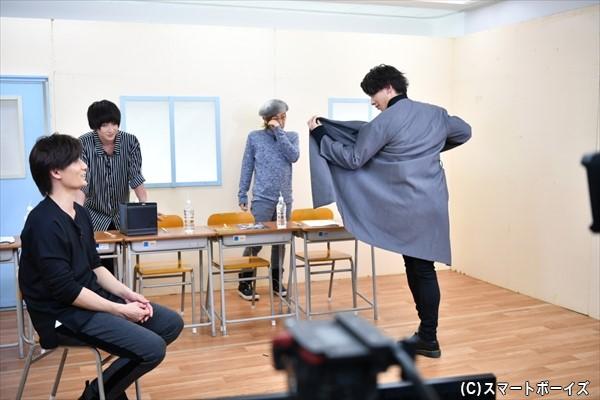 コートをはためかせて、先輩・加藤さんにアピール