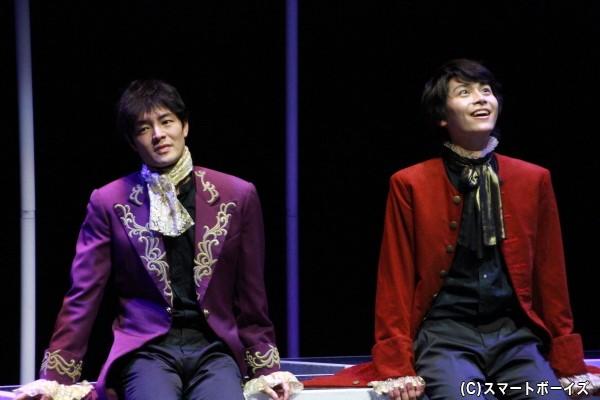 上口さん演じるサリエリ(左)と多和田さん演じるモーツァルト(右) 戯曲「アマデウス」では、2人の対立が描かれていましたが……