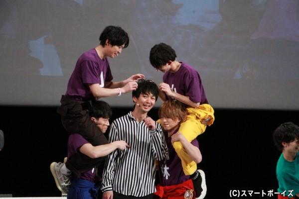 「リーダーにじゃれろ!」で小林さんの髪をいじるチームメイトたち