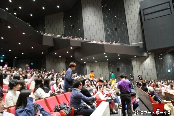「文字借り競争」では、各メンバーがステージを降り、自分の文字が書かれた紙をもらうべく奮闘