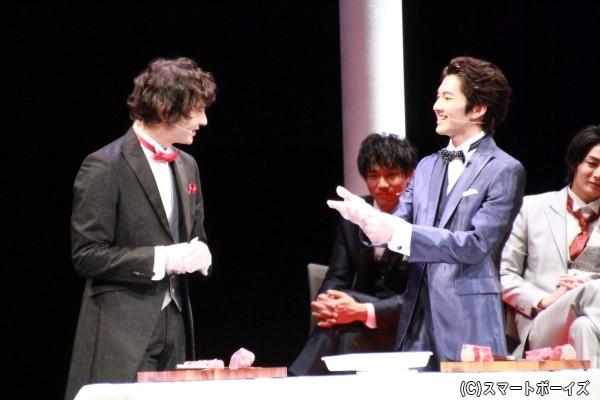「華麗なるオーダーカット対決」にチャレンジする藤田さん(左)と矢部さん(右)