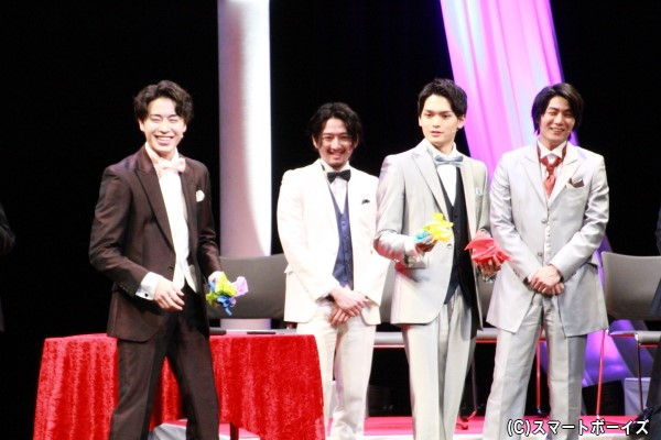 「華麗なるトング捌き対決」で取ったティッシュペーパーをカウントする富田さん(左)と栗原さん(右)