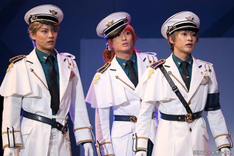 葉月 陽役の鷲尾修斗さん(中央)、神無月 郁役の三山凌輝さん(右端)