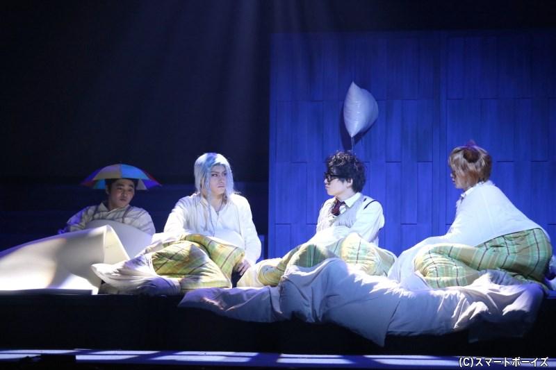 就寝前のお布団では、修学旅行では定番の枕投げ&恋バナも……
