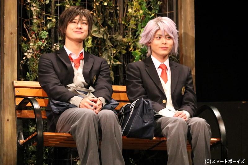 あるきっかけからイメチェンし、クラスを驚かせた綾瀬恋雪(右・大崎捺希さん)