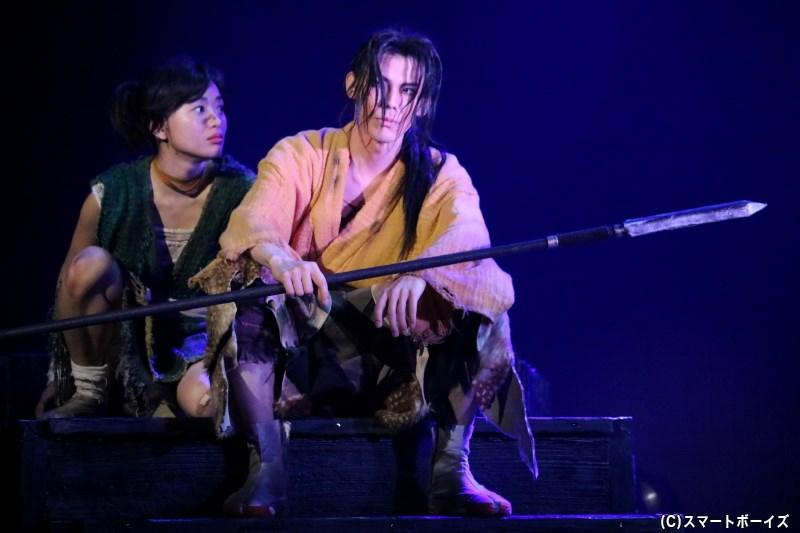 助六とともに捕らえられたどろろに、賽の目の三郎太(右・健人さん)が協力を申し出る