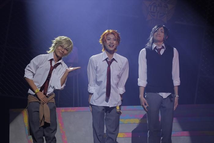 トモ、ニーナ、メグの3人は、ひょんなことからネオアイドルを目指すことに
