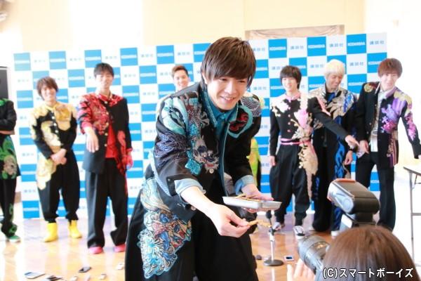 田村さんが名古屋名物「手羽先」を報道陣に手渡し