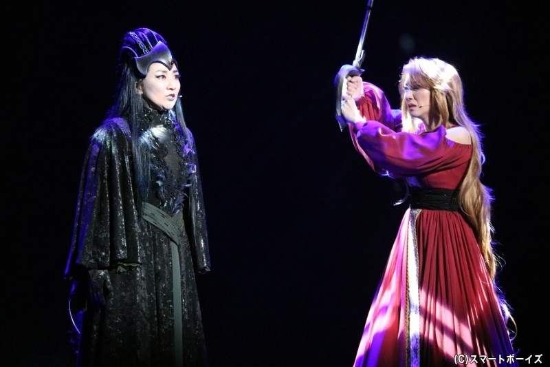 物語の冒頭では、機械帝国の女王・プロメシューム(左・松下由樹さん)と、かつてのエメラルダスの姿が描かれる
