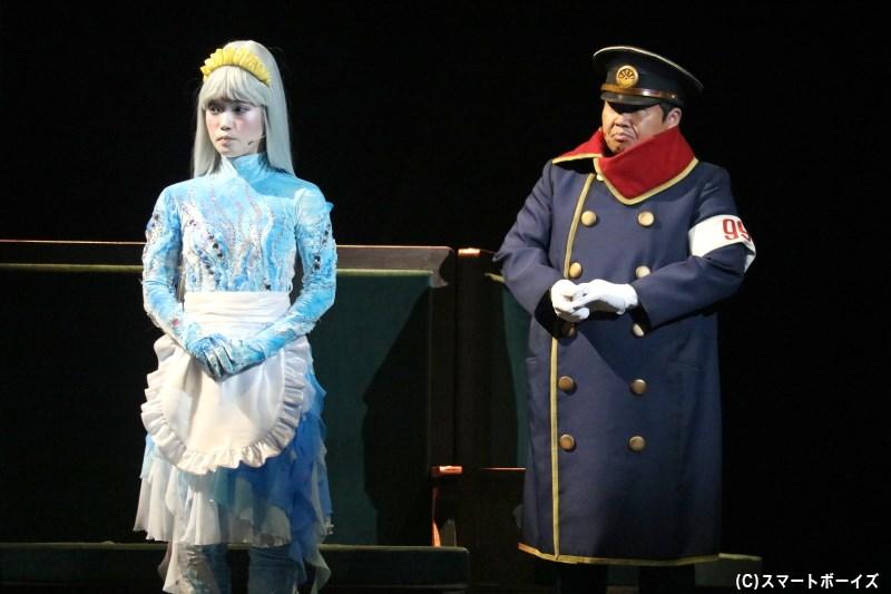 銀河鉄道999での旅を支える、ガラスのクレア(左・美山加恋さん)と車掌(右・お宮の松さん)
