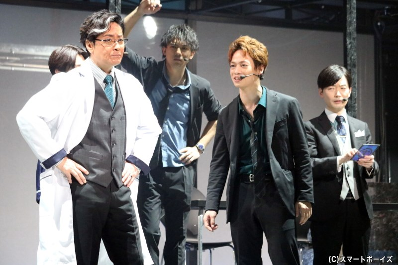 分析官・目白一歩役の山崎銀之丞さん(左端)