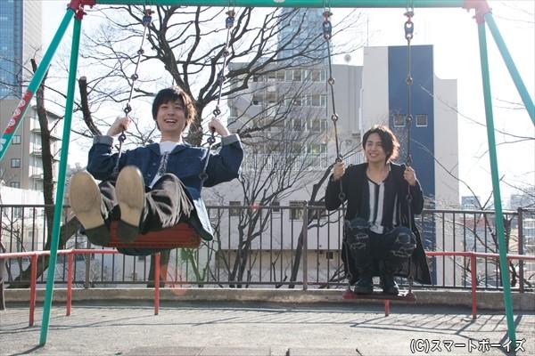 「うわ~、何年ぶりだろう!?」(山本さん)と、ブランコに飛び乗るふたり