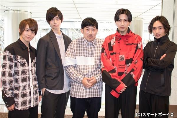 (左より)輝山立さん、高橋健介さん、撮影中に飛び入り参加してくれた岡野陽一さん、井澤勇貴さん、松本岳さん