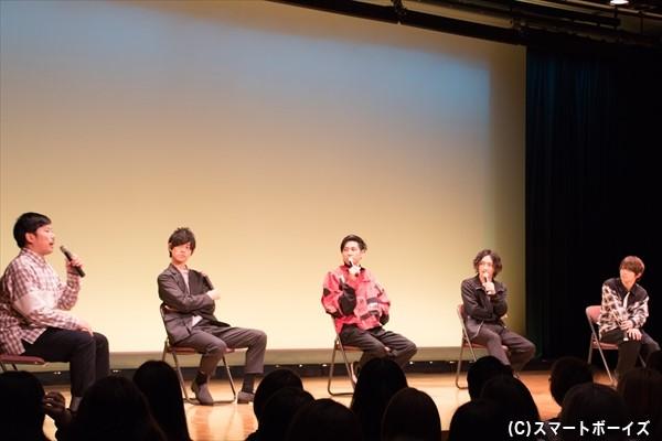 トークショーでは、愛されキャラの岡野さんが話題の中心に