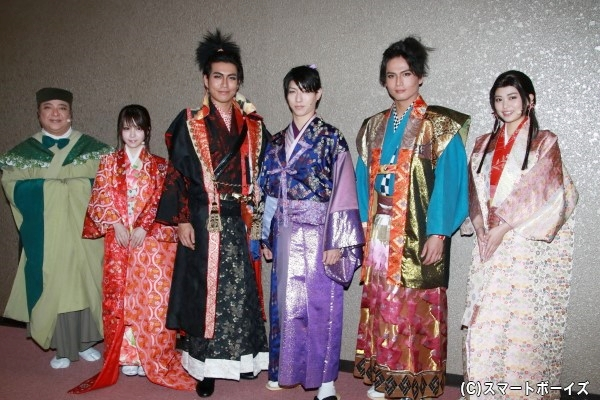 (左より)彦摩呂さん、田中れいなさん、鶏冠井孝介さん、谷佳樹さん、友常勇気さん、前田亜美さん