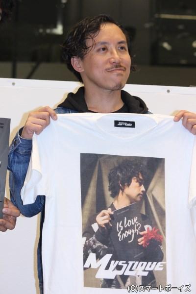 レスリー氏はアートディレクターの井上嗣也氏とタッグを組み生まれたブランド<スーパーグラフス>より、フォトマガジンの撮り下ろしカットを使用したTシャツをリリース