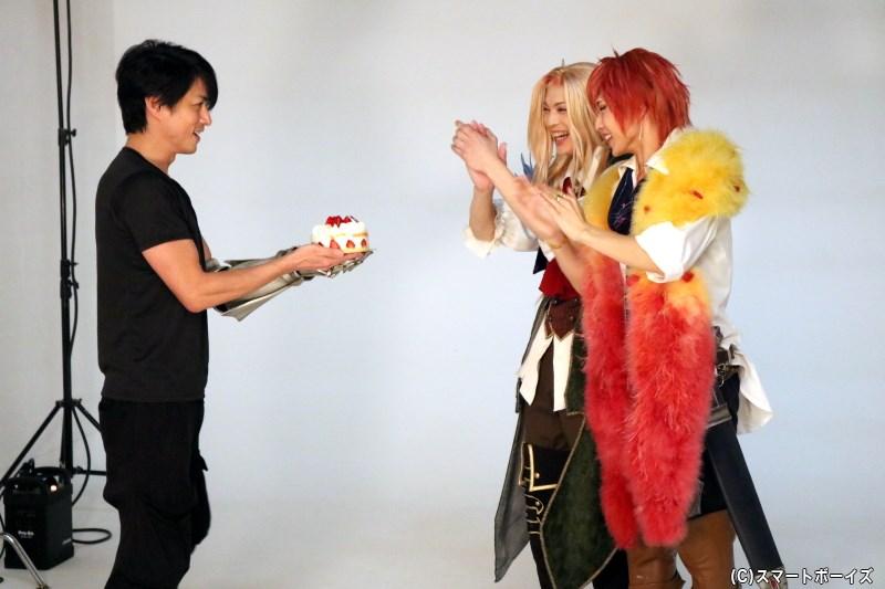 撮影の合間には、進藤さんから滝澤さん&松本さんへのバースデーサプライズも!