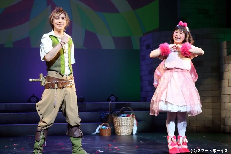 テオも守護獣のグリまる(右・齋藤彩夏さん)とともに、ミリドニアを訪れる