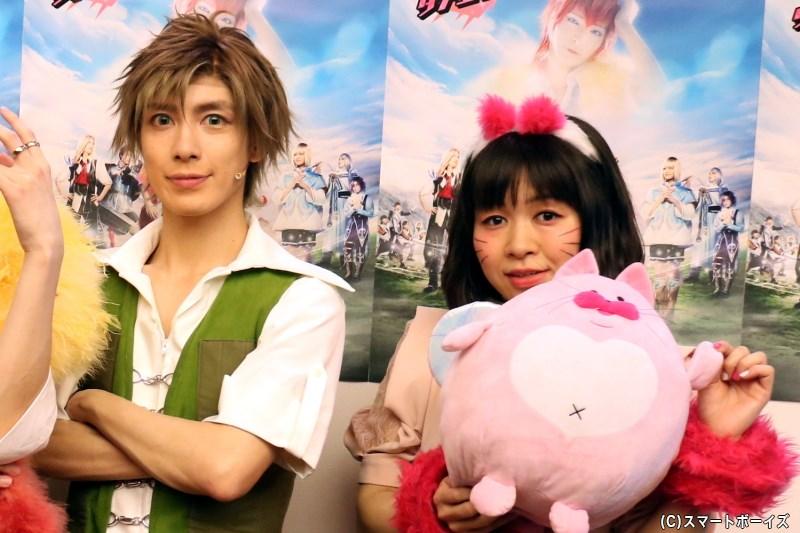 (左から)テオ役の橘りょうさん、グリまる役の齋藤彩夏さん