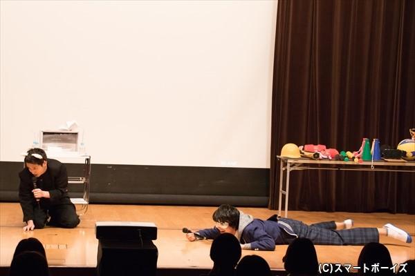 子犬になりきる松本さん&赤ちゃんを演じる多和田さん……かなりカオスです