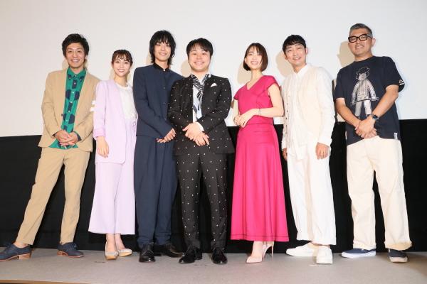 (左から)とろサーモン・村田秀亮さん、森川葵さん、黒羽麻璃央さん、井上裕介さん、山谷花純さん、石田明さん、豊島圭介監督