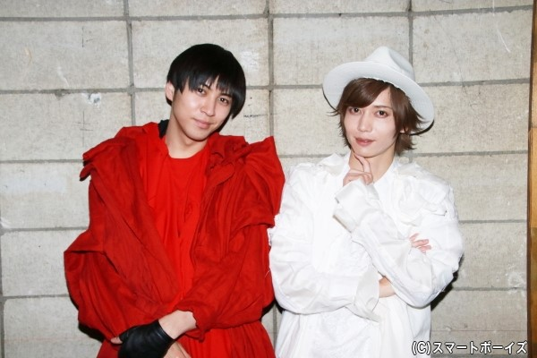 白一色の染谷さん&赤一色の井澤さんの衣装にも注目です!