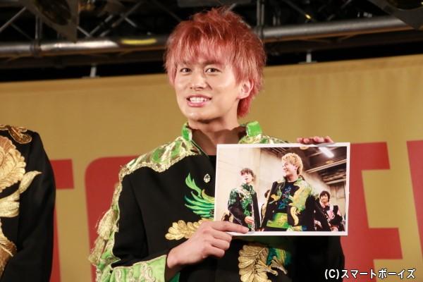 小林さんのお気に入りは、舞台裏で本番とは違い日常的な表情が出ているショット