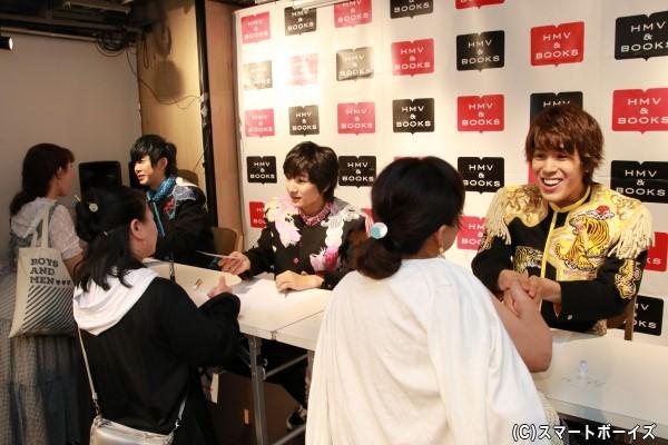 「HMV&BOOKS SHIBUYA」にて行われたサイン&握手会での一コマ