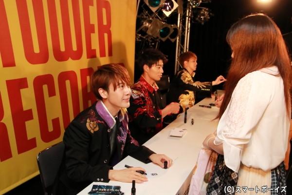 「TOWER RECORDS 渋谷店」にて行われたサイン&握手会での一コマ