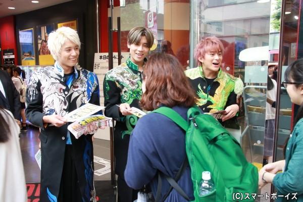 「TOWER RECORDS 渋谷店」の前で、小林さん&吉原さん&勇翔さんが号外を配布!