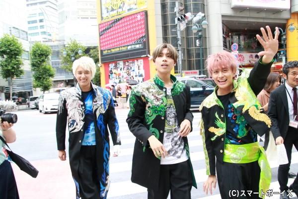 会場への移動は徒歩。渋谷の街に小林さん&吉原さん&勇翔さんが歩く貴重なショット!