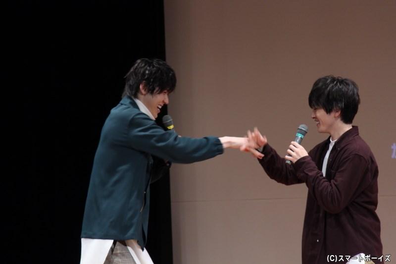 成弥さんが退場する際にお別れのタッチをしようとするも…