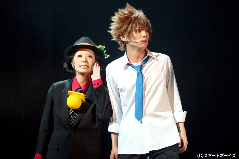 沢田綱吉(右)をマフィアの10代目ボスにすべく現れた、赤ん坊家庭教師・リボーン(左)