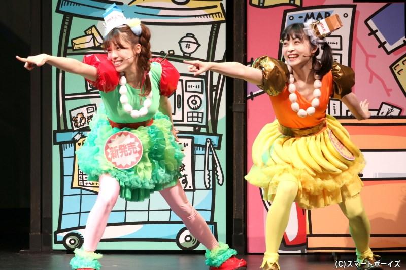 ハイテンションなスーパーの妖精、スー(右・吉岡茉祐さん)とパー(左・小嶋菜月さん)