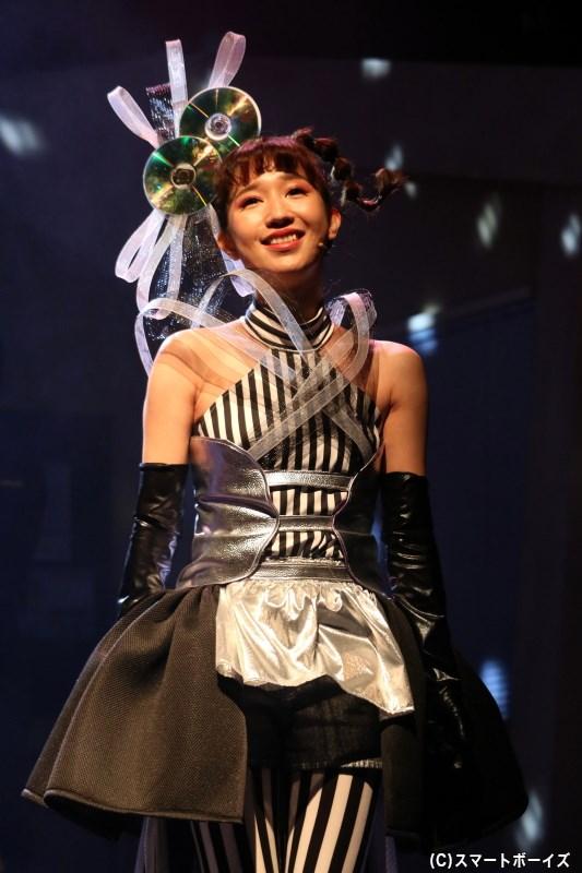 港署管轄のスラム街・アルカディアのキャバレーで歌う、歌姫・透子(片山陽加さん)