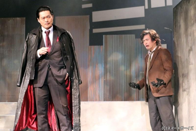秘密警察のボス・片倉 充(左・山﨑雅志さん)と、高山の父・琢二にはある過去が……