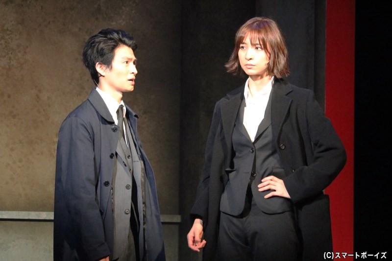 女刑事の雪平夏見(右・篠田麻里子さん)は、元夫が殺された事件を追うことに