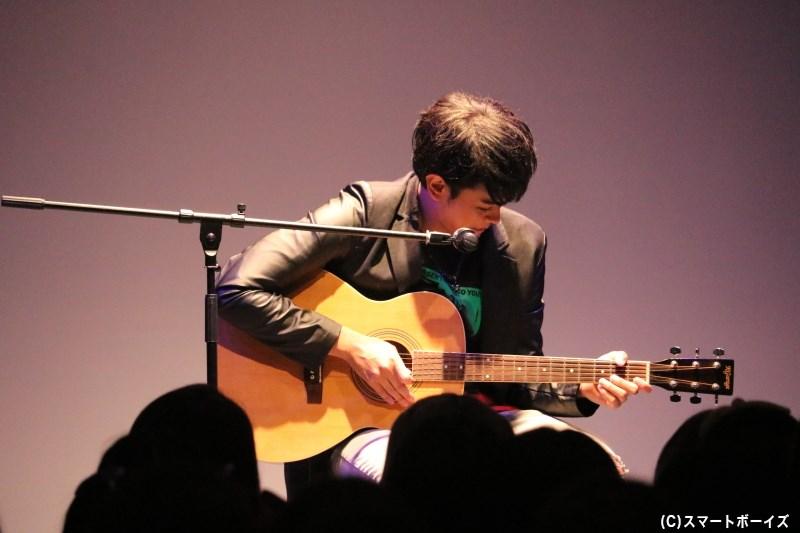 ライブコーナーでは、猛練習したというギターの弾き語りをファンのために初披露!