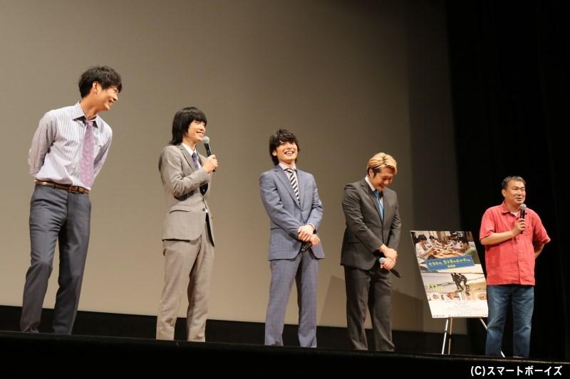 キャスト4名は劇中のスーツ姿でトークへと登場!