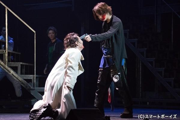 抗争の末、ティボルトに銃口を突き付けるロミオ
