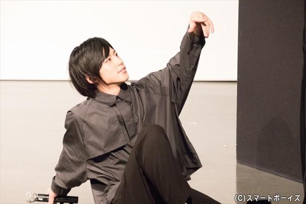 ファンが撮影した写真をSNSにアップしてバズらせようという企画で、ポーズをキメる阿部さんその1