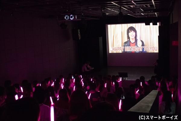 黒羽さんとともにファンがピンク色のライトをかざして、改めて誕生日を祝福します
