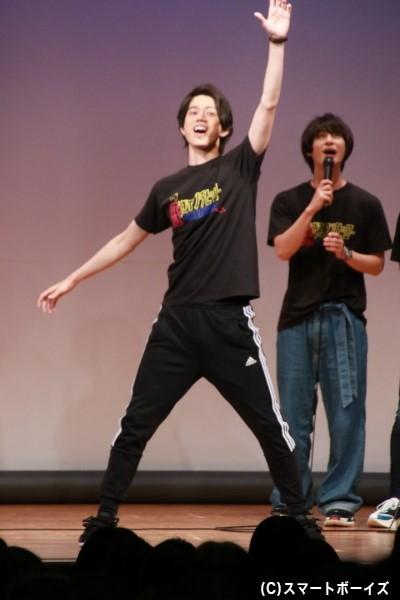 高橋さんが披露した「ウルトラマンX」の変身ポーズ