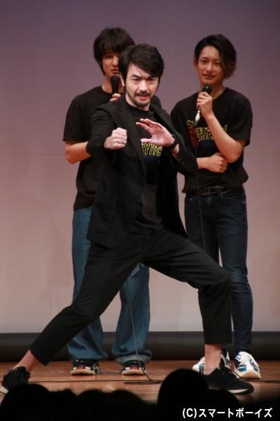 聡太郎さんが披露した「ゲキチョッパー」の変身ポーズ